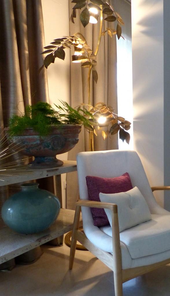 03 butaca cojín rosa lámpara dorada