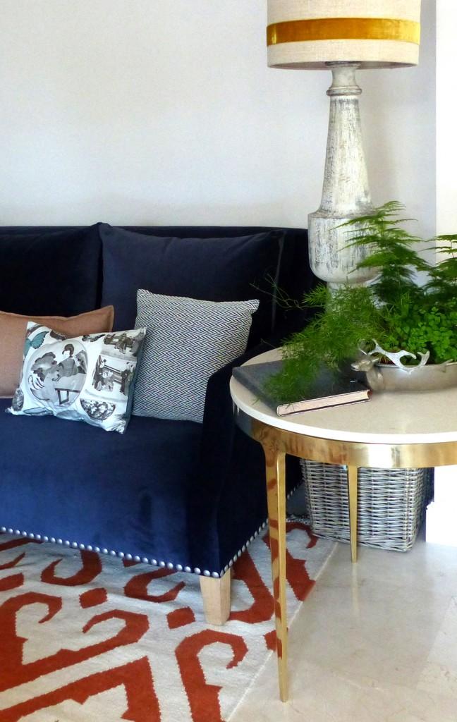 04 sofá azul mesa circular alfombra naranja
